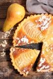 Tarte de poire avec des amandes Image stock