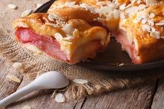 Tarte de poire avec des amandes sur une fin de plat  Photos libres de droits
