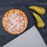 Tarte de poires avec la canneberge et les poires sur le fond en bois Images libres de droits