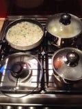 Tarte de poissons étant préparé sur un cuiseur photo libre de droits