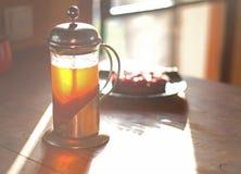 Tarte de pot et de framboise de thé defocused sur la table en bois à la lumière du soleil Photo libre de droits