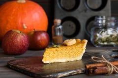 Tarte de potiron américain fait maison traditionnel avec un décor d'un biscuit sous forme de feuilles pendant des vacances image libre de droits