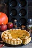 Tarte de potiron américain fait maison traditionnel avec un décor d'un biscuit sous forme de feuilles pendant des vacances photographie stock