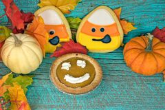Tarte de potiron avec des biscuits et des potirons d'automne image stock