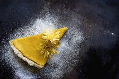Tarte de potiron avec les biscuits et la décoration de Noël photographie stock libre de droits