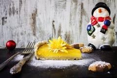 Tarte de potiron avec les biscuits et la décoration de Noël photos libres de droits