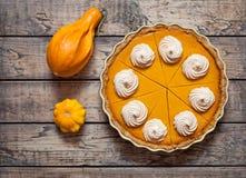 Tarte de potiron délicieux fait maison de fête avec la crème fouettée faite pour le thanksgiving et le Halloween, vue supérieure photo stock