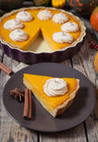 Tarte de potiron délicieux fait maison de fête fait pour le thanksgiving avec de la crème, les épices et la décoration fouettées  photos libres de droits