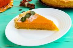 Tarte de potiron doux Un morceau d'un plat blanc Plat diététique de vegan Images libres de droits