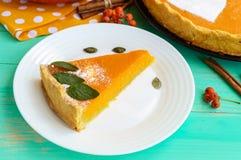 Tarte de potiron doux Un morceau d'un plat blanc Plat diététique de vegan Photographie stock