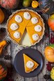 Tarte de potiron fait maison de thanksgiving avec de la crème et la cannelle fouettées sur le fond rustique, vue supérieure Décor photographie stock