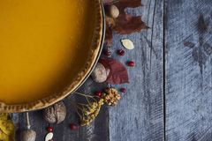 Tarte de potiron fait maison pour le thanksgiving tout préparé Vue supérieure Photo stock