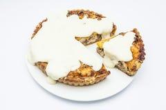 Tarte de poulet avec de la sauce à champignons, à fromage et à ail sur le pla blanc images libres de droits