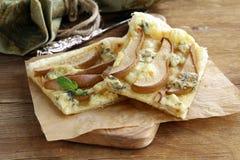 Tarte de pâte feuilletée avec du fromage bleu Images stock