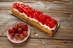Tarte de pâte feuilletée de fraises sur le bois Image stock