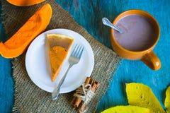 Tarte de Pumpking sur le bureau en bois bleu Dîner de thanksgiving Automne photographie stock libre de droits