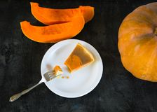 Tarte de Pumpking sur le bureau en bois noir Dîner de thanksgiving Automne image libre de droits