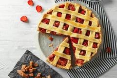 Tarte de rhubarbe de fraise avec un morceau Image libre de droits