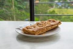 Tarte de thon dans le plat blanc sur la table Photographie stock libre de droits
