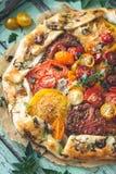 Tarte de tomates d'héritage avec les tomates et le fromage frais image stock
