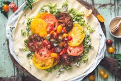 Tarte de tomates d'héritage avec les tomates et le fromage frais photographie stock libre de droits