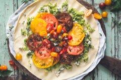 Tarte de tomates d'h?ritage avec les tomates et le fromage frais photos stock