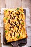 Tarte de trellis de pâtisserie de raisin sec et de cannelle à bord photos stock