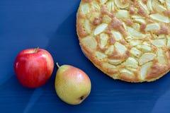 Tarte des pommes et des poires sur un fond en bois gris Photo stock