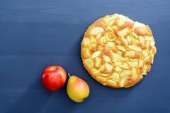 Tarte des pommes et des poires sur un fond en bois gris Images libres de droits