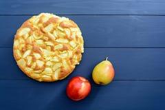 Tarte des pommes et des poires sur un fond en bois gris Photographie stock