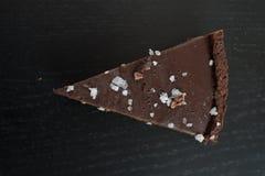 Tarte do caramell do chocolate com fleur de sal imagem de stock royalty free