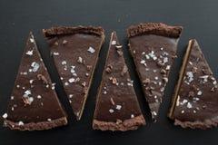 Tarte do caramell do chocolate com fleur de sal foto de stock royalty free