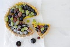 Tarte doux avec la vue supérieure de raisins Image libre de droits