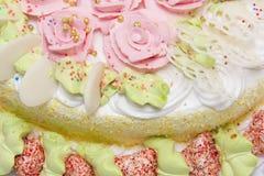 Tarte doux avec les roses crèmes Photographie stock libre de droits