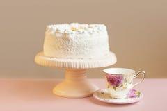 Tarte doux fait maison avec de la crème blanche sur la table rose Images libres de droits