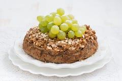 Tarte entier d'écrou avec des raisins Photo stock