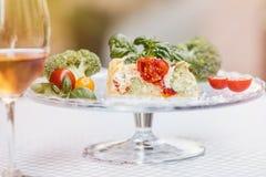 Tarte et vin végétariens délicieux, quiche avec des tomates, brocc Images libres de droits