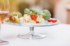Tarte et vin végétariens délicieux, quiche avec des tomates, brocc Photographie stock libre de droits