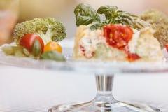 Tarte et vin végétariens délicieux, quiche avec des tomates, brocc Photographie stock