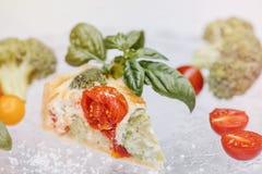 Tarte et vin végétariens délicieux, quiche avec des tomates, brocc Image stock