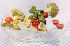 Tarte et vin végétariens délicieux, quiche avec des tomates, brocc Photos libres de droits