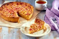 Tarte fait maison avec la rhubarbe et la crème anglaise sur la table en bois photos libres de droits