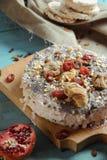 Tarte fait maison avec les fruits secs sur un fond bleu Photographie stock libre de droits