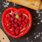 Tarte fait maison de baies avec en forme de coeur rouge Photos stock