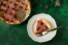 Tarte fait maison de fraise de rhubarbe photo stock