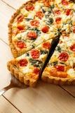 Tarte fait maison végétarien, quiche avec des tomates, épinards et feta Photos libres de droits