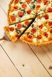 Tarte fait maison végétarien, quiche avec des tomates, épinards et feta Photographie stock libre de droits