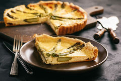 Tarte faite maison avec l'asperge et le fromage sur le fond noir photos libres de droits