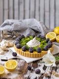 Tarte faite maison délicieuse de citron Tarte sur la table blanche rustique Tarte avec la mûre et la meringue Image libre de droits