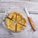 Tarte faite maison fraîche avec trois genres de fromage et de pâte feuilletée croustillante Images stock